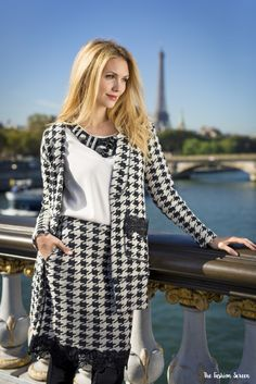 Eternamente Pied-de-Poule: Eleonora Albrecht ai piedi della Tour Eiffel ha interpretato così uno degli outfit chiave dell'autunno-inverno 2016-2017 LFDL. Copia il look!  http://thefashionscreen.com/pied-de-poule/  #LFDL #Autunno #Inverno #Parigi #TourEiffel #Outfit #PieddePoul #Blogger