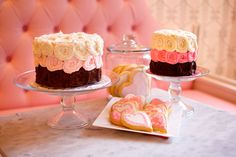 Sweet cake and cookie buffet! Cookie Buffet, Cake Online, Sweet Bakery, Sweet Cupcakes, Rose Cake, Vanilla Cake, Baked Goods, Cupcake Cakes, Boston Common