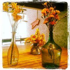 Flores en mesa comunitaria y flecha