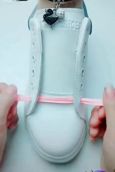 DIY Creative & Awesome Shoelac e Tying Guide! Ways To Lace Shoes, How To Tie Shoes, Diy Fashion, Mens Fashion, Creative Shoes, Shoe Crafts, Diy Crafts, Clothing Hacks, Diy Projects