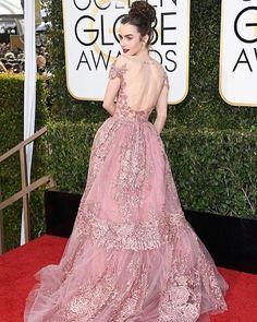 É por isso que eu amo o tapete vermelho! No Fashionismo tem comentário completo desse Zuhair da #LilyCollins e outros looks da noite! Link na bio! #goldenglobes #redcarpet