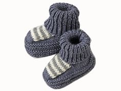 Mid-socks, mid-booties: this model plays the comfort to dress small feet. Presented in the March 2009 issue of Enfant Magazine, it is knitted in stock jersey, garter stitch and ribs. Knit Baby Shoes, Crochet Shoes, Baby Boots, Gestrickte Booties, Knitted Booties, Knitted Hats, Crochet Socks Tutorial, Fingerless Gloves Crochet Pattern, Baby Afghan Crochet