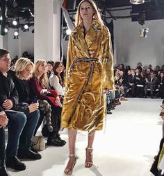 #NYFW The Chief Creative Director of #CalvinKlein Raf Simons' first show for the brand pays homage to America with a mix of the classic Americana elements denim cowboys boots handcrafted and quilted western wear mixed with more familiar Raf Simons aestethics like classic tailoring sci-fi plastic and the soft feminine touch of feathers. One material impacts another and one style impacts another just like how people from diverse backgrounds impact each other in this country. #纽约时装周 Calvin…