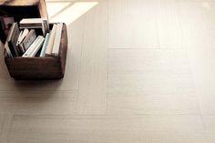 Le revêtement Foxtrot, designé par Matteo Nunziati, jongle sur un décor composé de formes géométriques : 2 rectangles et un carré associés à un placage bois, en chêne. ©Listone Giordano