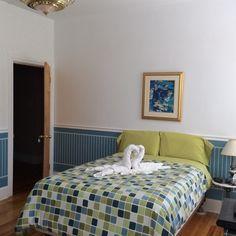 Une chambre avec deux lits doubles.  Au centre ville de Québec, la Capitale de notre État.  Dans un Couette & Café.  (Bed & Breakfast)  À la Québécoise.