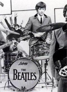 1 ドラムキットの配置が違った! 2 バスドラムのフロントヘッドを取り払った! 3 ノーマン・スミスとジェフ・エメリックの貢献 4 リヴォルヴァーからサウンドが変わった! 5 リンゴ独特のスティック捌き 1 ドラムキットの配置が違った! 前回の宿題の答えです。一つだけリンゴのキットが普通の右利きのドラマーと違うところは、シンバルの位置です。 普通は、大きいライドシンバルを右手側、左のハイハット側には小さなクラッシュシンバルを置くんですが、リンゴはここだけは逆にしました。 上から見降ろすと左側に大きなライドシンバルがあるのが分かります。やっぱり左利きなので、そういう配置にした方が、利き手の左手で…