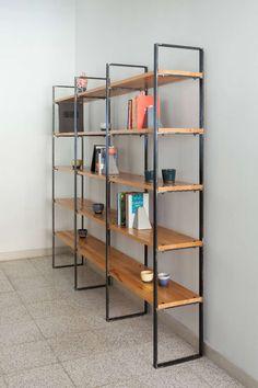 Βιβλιοθήκη με μεταλλικούς ορθοστάτες και ξύλινα ράφια από δρύ ή βαμμένο κόντρα πλακέ θαλάσσης σημύδα σε δύο μεγέθη και δυνατότητα ειδικής παραγγελίας.