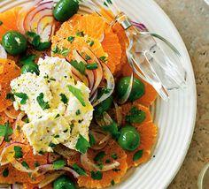 Salat mit Orange und roter Zwiebel
