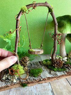 Fairy garden swing fairy dollhouse miniatures woodland fairy by dionne Fee Gartenschaukel Fee Puppenhaus Miniaturen Waldfee von Dionne – Fairy Crafts, Garden Crafts, Garden Projects, Garden Ideas, Diy Projects, Diy Garden, Mini Fairy Garden, Fairy Garden Houses, Fairy Gardening