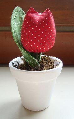 Vasinho tulipa by Olho de boneca artesanato em tecido - Danih Maia, via Flickr
