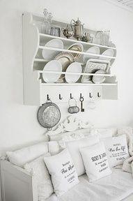 Prachtig bordenrek, mooie witte kussens met teksten, net bij Trends & Trade ook weer zoveel moois in die stijl bij een nieuwe stand gezien!