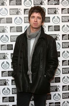 Liam and Noel Gallagher Fighting | Noel Gallagher e o irmão, Liam, tinham uma relação complicada e ...