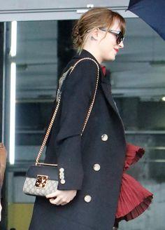 7f2ab979a99f Dakota Johnson's Gucci Padlock GG Supreme Shoulder Bag Einzigartige  Handtaschen, Schöne Handtaschen, Dakota Johnson