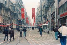 80-lerin sonu 90-ların başından, muhtemelen daha önce görmediğiniz fotoğraflarla, Türkiye-nin şehir manzaraları...   1988 -  İstiklal Caddesi