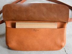 旅で使う鞄として考案したイタリアンレザーのボディバッグ「革鞄のHERZ(ヘルツ)公式通販」 Leather Bag Pattern, Leather Projects, Leather Crafts, Belt Pouch, Leather Pouch, Leather Working, Handbags, Wallet, Detail