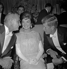Jackie sits between JFK and Lyndon Johnson at the inaugural ball on January 1961 Jacqueline Kennedy Onassis, John F Kennedy, Jaqueline Kennedy, Official Presidential Portraits, John Junior, John Fitzgerald, Glamour, Celebs, Celebrities