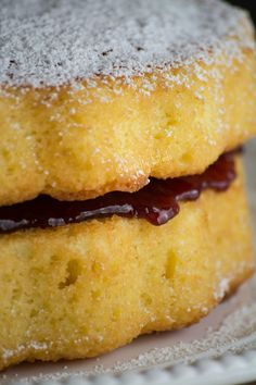The best recipe you will find to make a delicious María Luisa cake. It has a light orange flavor and it is filled with a yummy berry jelly. Venezuelan Food, Venezuelan Recipes, Colombian Food, Take The Cake, Moist Cakes, Cake Ingredients, Sweet Cakes, Baking Pans, Cheesecake Recipes