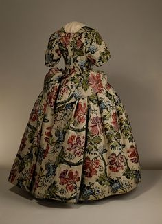 Petticoat Mantua (Britain) ca. 1735 - 1740 Brocaded silk, hand-sewn with spun silk and spun threads, lined with linen, brown paper lining for cuffs, brass, canvas and pleated silk