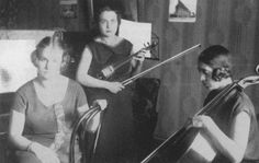 Aurora Bertrana era hija del escritor Prudencia Bertrana, nació el 29 de octubre de 1892 en Girona. Allí pasó su infancia y empezó sus estudios. Al acabar la escuela quería ser escritora, pero su padre se negó, así que se trasladó a Barcelona para ampliar sus estudios de Música. En la ciudad condal también asistía a clases en el Institut de Cultura Popular i Bilbioteca de la Dona. Empezó a trabajar tocando música en un terceto de señoritas en los locales nocturnos barceloneses.