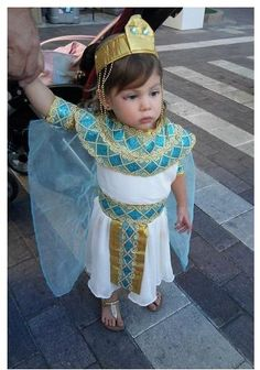 Cleopatra Costume Toddler (DIY) Toddler Halloween Costumes, Family Costumes, Family Halloween, Halloween Fun, Egyptian Fancy Dress, Egyptian Costume, Cleopatra Costume Kids, Clever Costumes, Diy Costumes