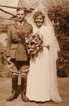 War is always fierce, but sometimes it was also the fate of the soldiers. These emotional vintage photos show their happiness in the wedding...