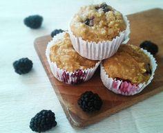 Jednoduché celozrnné muffiny s ovsenými vločkami a černicami. Výborné tiež s akýmkoľvek iným ovocím, orieškami alebo horkou čokoládou.