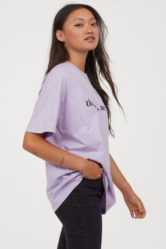 Printed T-shirt - Light purple/Ariana Grande - Ladies Ariana Grande Outfits, Going Out Tops, Celebrity Look, High End Fashion, Fashion Company, Pulls, Urban Fashion, World Of Fashion, Printed Cotton