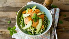 Courgettepasta met romige tomaten-looksaus  | VTM Koken Tapas, Best Diner, Green Beans, Feel Good, Cabbage, Brunch, Food And Drink, Healthy Recipes, Healthy Food
