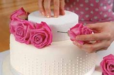 Decorating cakes with fresh flowers