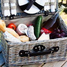 Wij willen genieten in de openlucht in het park aan het water of in het bos van knapperig brood elegante bubbels zoete druiven en romige geitenkaas. Jij ook? Bestel nu eenvoudig alle producten voor een goed gevulde picknickmand bij onze bundels! Eet smakelijk! #lindenhoff #lindenhoffbaambrugge #picknick #picnic #buitenleven #nature #boerenproducten #boederij #vers #foodie #levensgenieter #liefdevooreten #authentiekesmaak #park #boot #picknicken by lindenhoffbaambrugge