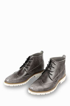 This item is shipped in 48 hours, including the weekends. Prepare to be amazed by these outstanding grey boots. Offering a brogue design, these boots are simple and comfy at the same time. The wing-ti