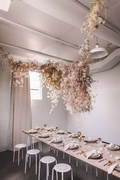Floral installation using dried flowers hung over a simple table Arte Floral, Wedding Trends, Wedding Designs, Wedding Ideas, Floral Wedding, Wedding Flowers, Green Wedding, Summer Wedding, Party