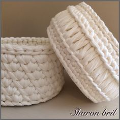 White T-shirt crochet basket Crochet Motifs, Crochet Quilt, Crochet Cross, Diy Crochet, Crochet Stitches, Crochet Patterns, Yarn Projects, Crochet Projects, Crochet Bowl