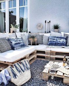 Tolle Sitzecke aus Paletten für den Garten. Die Deko-Elemente in verschiedenen Blautönen sorgen direkt für ein maritimes Feeling