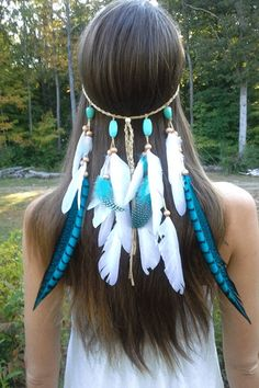 Beautiful blues make this turquoise and white feather headband a stunner! Pops on easily with and adjustable bead fixture and feathers are adjustable too, so you can wear it the length you like best.