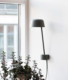 Denne skjønnheten 🙌🏻😍 • Lean vegglampe fra Muuto • #Repost @muutodesign ・・・ Sculptural lighting: LEAN plays with our perception of standing and hanging, creating a new form of wall-mounted lamps