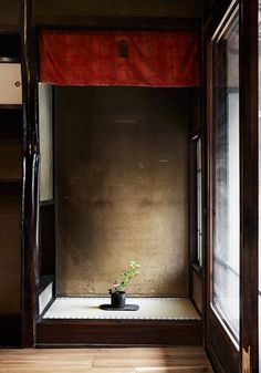 The Kyoto Moyashi House, also known as Moyashi Machiya, is a typical example of Kyoto's historic machiya houses, tokonoma Japanese Interior Design, Japanese Design, Japanese Patterns, Wabi Sabi, Japanese Living Rooms, Traditional Japanese House, Japan Architecture, Lounge Chair, Asian Home Decor