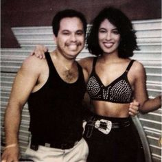 Lucky fan taking a picture with Selena Selena Quintanilla Perez, Mac Selena, Selena Pics, Divas, Short Hair Outfits, Selena And Chris, Her Smile, American Singers, Role Models