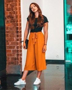 culottes pants - elegant spring outfit ideas Source by ou., culottes pants - elegant spring outfit ideas Source by outfits verano. Cute Casual Outfits, Stylish Outfits, Cullotes Outfit Casual, Casual Wear Women, Girls Casual Dresses, Casual Clothes, Casual Pants, Look 80s, White Sneakers Outfit