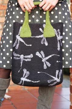 Libelle Gefilzte Merino wolle schwarz Tasche von AureliaFeltStudio