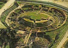 Merida -Ruinas Romanas.Mérida (del latín Emerita) es una ciudad española, capital de Extremadura, región del suroeste de España, y sede de sus instituciones de gobierno. Asimismo es la capital de la comarca de Tierra de Mérida - Vegas Bajas, situada en el norte de la provincia de Badajoz.