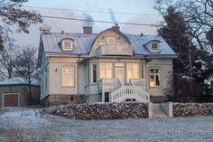 Maalaiselämää saaristossa vanhaa taloa sisustaen ja puutarhaa hoitaen. Villa Airisranta Cozy Cottage, Cottage Style, Old Houses, My Dream Home, Exterior Design, Modern Farmhouse, Beautiful Homes, Decoration, Rustic Chic