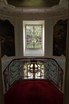 Jagdschloss Clemenswerth. Der Zentralpavillon, das Herzstück der Schlossanlage, ist besonders prachtvoll gestaltet. Der imponierende Eingangsbereich mit seiner repräsentativen, zweiläufigen Treppe auf kleinem Grundriss ist eine Meisterleistung des Architekten Johann Conrad Schlaun