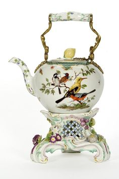 Bouilloire à thé et son réchaud, Teapot and stove, France, 1760, Manufacture de Meissen, hard porcelain decorated with polychrome enamels with gold highlights. ©photo Les Arts Décoratifs/Jean Tholance