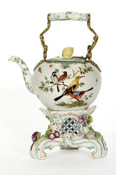 Bouilloire à thé et son réchaud, Teapot and stove, France, 1760, Manufacture de Meissen, hard porcelain decorated with polychrome enamels with gold highlights. ©photo Les Arts Décoratifs/Jean Tholance