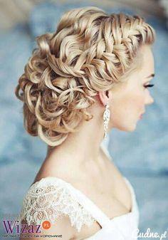 I LOVE her hair...maybe I'll wear mine like this on my wedding. :)
