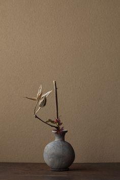 2012年3月14日(水)西洋中世の美を思います。   花=オクラ、薔薇(バラ)   器=須恵器壺(古墳時代)