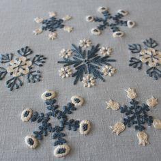 * 『雪の花』完成! * 〈樋口愉美子のステッチ12か月〉より * 今年の刺しゅう、今年のうっち〜に 年の瀬と言うのにどうしても完成させたくて、大掃除返上でやっちゃいました。 * ネックはやはりサテンステッチ。デイジーのような花の部分はガッタガタです。 チューリップも花が小さくてチェーンステッチの流れが整いませんでした。 ですが魂が抜けることなくとっても楽しく刺せました。 * 今年1年、ミセスでの連載をきっかけに樋口さんの刺しゅうを存分に楽しませてさせていただきました。 拙インスタをご覧頂いたみなさまのいいね!やコメントが大きな励みになりました。 来年もきっと調子に乗って刺し続けると思いますどうか辛抱してお付き合いよろしくお願いします。 * * #embroidery #yumikohiguchi #snowcrystal #樋口愉美子 #樋口愉美子のステッチ12か月 #雪の花 #2色刺しゅう #掃除は後回し #そのうち頓挫 #黒豆炊いてます #年内最終