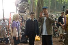 Harry Potter and the Order of the Phoenix - Behind the scenes photo of Daniel Radcliffe, Evanna Lynch & David Yates Harry Potter Items, Harry Potter Actors, Harry Potter Hermione, Ron Weasley, Hermione Granger, Big Bang Theory, David Yates, Prisoner Of Azkaban, Potter Facts