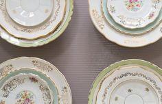Assortiment de 12 assiettes dépareillées. Assiettes en porcelaine / Faïence Fine.